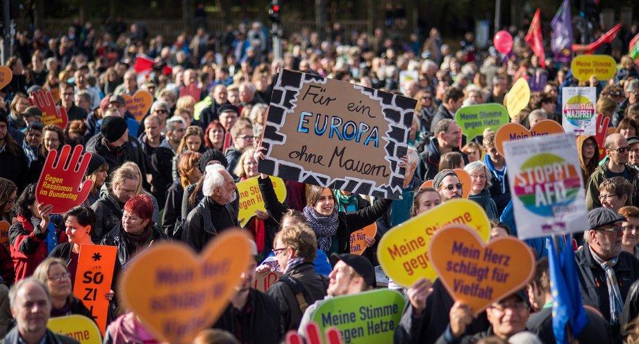 Aufruf - Ein Europa für Alle: Deine Stimme gegen Nationalismus! Sonntag, 19. Mai 2019: Großdemos in den Städten Europas </p> <p>Die Europawahl am 26. Mai 2019 ist eine Richtungsentscheidung über die Zukunft der Europäischen Union. Nationalisten und Rechtsextreme wollen mit ihr das Ende der EU einläuten und Nationalismus wieder groß schreiben. Ihr Ziel: Mit weit mehr Abgeordneten als bisher ins Europaparlament einzuziehen. Wir alle sind gefragt, den Vormarsch der Nationalisten zu verhindern!</p> <p>Wir halten dagegen, wenn Menschenverachtung und Rassismus gesellschaftsfähig gemacht, Hass und Ressentiments gegen Flüchtlinge und Minderheiten geschürt werden. Wir lassen nicht zu, wenn Rechtsstaat und unabhängige Gerichte angegriffen, Menschen- und Freiheitsrechte eingeschränkt und das Asylrecht abgeschafft werden sollen. Deshalb appellieren wir an alle Bürger*innen Europas: Geht am 26. Mai wählen – tretet ein gegen Nationalismus und Rassismus: Für ein demokratisches, friedliches und solidarisches Europa!