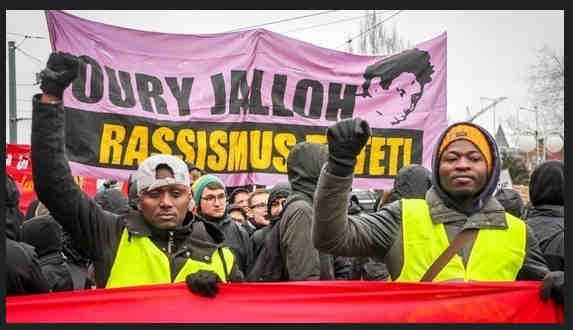 Neuigkeit zur Petition</p> <p>Oury Jalloh: Justiz stellt Feuertod-Verfahren ein! Bitte helft uns!</p> <p>von Mouctar bah, Dessau, Deutschland</p> <p>27. Okt. 2019 — </p> <p>Liebe Unterstützerinnen und Unterstützer,</p> <p>am letzten Mittwoch, den 23.10.2019 lehnte der Erste Strafsenat des Oberlandesgerichtes (OLG) Naumburg den Antrag von Oury Jallohs Bruder Mamadou Saliou Diallo auf gerichtliche Entscheidung über die Erhebung öffentlicher Anklage wegen Mordes an Oury Jalloh ab. Der Beschluss bedeutet im Wesentlichen das Ende der juristischen Nicht-Aufklärung der Todesumstände Oury Jallohs sowie zwei weiterer Todesfälle in ein und demselben Polizeirevier durch die zuständige Justiz in Sachsen-Anhalt! </p> <p>Bitte unterstützt unsere Arbeit mit einer kleinen Spende, damit wir weitermachen und die unabhängige Untersuchungskommission ihre Aufklärungsarbeit fortsetzen kann: https://betterplace.org/p32717</p> <p>Begründet hat das Gericht seine Entscheidung damit, dass der Antrag zum einen nicht den formellen Anforderungen entspräche und zudem unbegründet sei, da bereits die Generalstaatsanwaltschaft Naumburg einen hinreichenden Tatverdacht in ihrem Prüfvermerk vom 4.12.2018 'zu Recht verneint hat'. Damit stellt sich der Erste Strafsenat des OLG Naumburg mit seinem Beschluss in allen wesentlichen Punkten hinter die von der Generalstaatsanwaltschaft Sachsen-Anhalts vorgebrachten, unwissenschaftlichen und fantasiereichen Argumentationsketten. Sie verschließt sich damit allen bislang gewonnen Fakten und Expertenmeinungen bzw. interpretiert diese in unhaltbare Überzeugungen, die nicht der Realität entsprechen, um.</p> <p>Solange aber die Wahrheit nicht offiziell aufgeklärt worden ist und die Mörder meines Freudes Oury Jalloh und die von Mario Bichtemann und Hans-Jürgen Rose noch immer ungestraft und frei sind, werde ich dafür kämpfen, dass  die Akten nicht geschlossen werden. Denn wo Recht durch staatliche Institutionen in offensichtliches Unrecht verkehrt wird, wo Polizeibeam