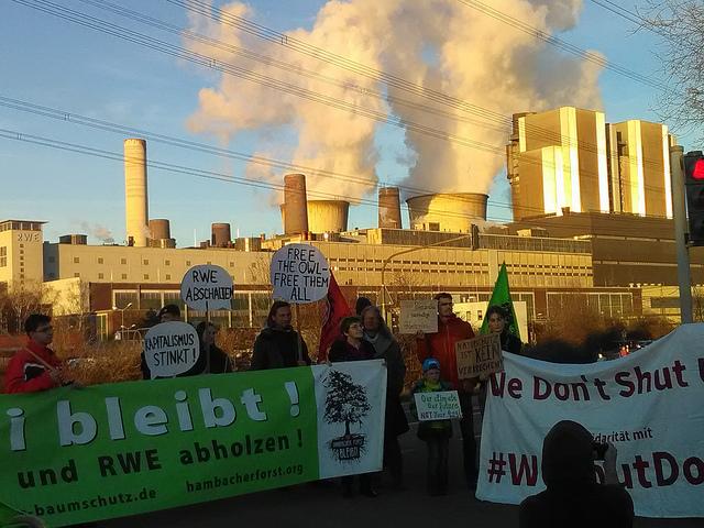 In Redebeiträgen erklärten Betroffene: 'Wenn es nach der Kohlekommission geht, soll Kohle noch 20 Jahre lang weiter verbrannt werden und die Konzerne Milliarden bekommen. Ein fatales Ergebnis für das Klima. Das kommt dabei heraus, wenn bei den Verhandlungen eben die Menschen nicht mit am Tisch sitzen, die schon heute vom Klimawandel betroffen sind'</p> <p>Felicitas, eine Teilnehmerin der Demo sagte: 'Ich bin heute hier um meine Solidarität mit der Aktion 'WeShutDown' auszudrücken. Wir brauchen alle möglichen Formen des Protest um die Kohleverstromung zu beenden –  auch direkte Aktionen. Denn um einen unkontrollierbaren Klimawandel aufzuhalten müssen wir jetzt handeln' </p> <p>Die Aktivist*innen von 'WeShutDown' hatten am 15. November 2017 frühmorgens Förderbänder und Bagger im Braunkohlekraftwerk Weisweiler bei Aachen blockiert, und damit die fast vollständige Abschaltung des Großkraftwerks erreicht. Zeitgleich tagte die 23. Klimakonferenz der UN in Bonn...